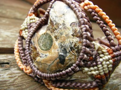 画像3: 石がBIGです♪大地との繋がりを深めるアンモナイト化石のマクラメ編みブレスレット*グラウンディング