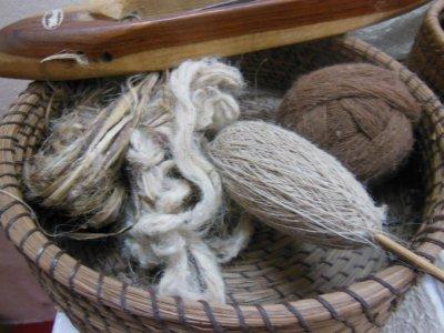 画像1: 再入荷★マルチに使える♪ヒマラヤ刺草の手つむぎ・手編み三角ショール*ハンドメイド*オーガニック天然素材*スローファッション*ビーガン