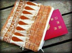 画像1: 地球に優しい手紡ぎ・手織りフェアトレード無農薬カディコットン/ローシルクのナチュラルトライバルちくちく手刺繍ポーチ (1)