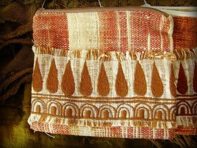 画像1: 地球に優しい手紡ぎ・手織りフェアトレード無農薬カディコットン/ローシルクのナチュラルトライバルちくちく手刺繍ポーチ
