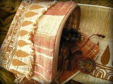 画像4: 地球に優しい手紡ぎ・手織りフェアトレード無農薬カディコットン/ローシルクのナチュラルトライバルちくちく手刺繍ポーチ (4)