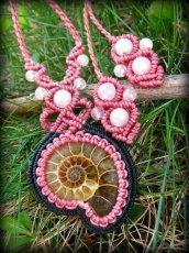 画像2: マダガスカル産アンモナイト化石&ローズクォーツのマクラメ編みネックレス*ハンドメイド (2)
