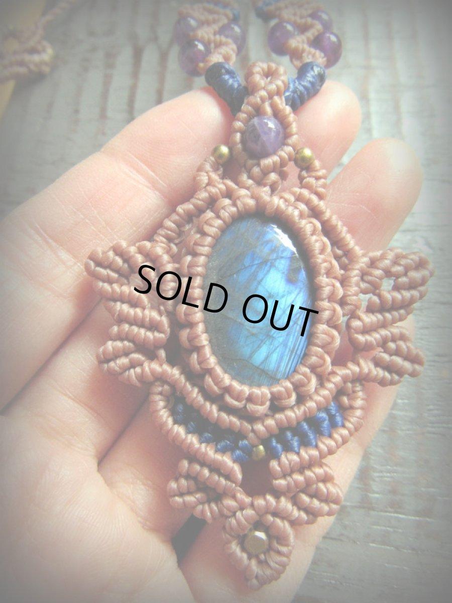 画像1: 青い閃光のラブラドライト&アメジストのネックレス*天然石ペンダント*マクラメ編み*パワーストーン (1)