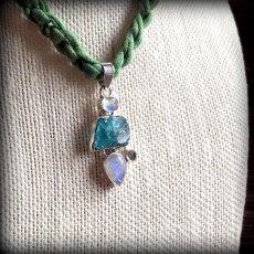画像3: 虹入り高品質ネオンブルーアパタイト原石&宝石質ブルームーンストーン ペンダントトップ  (3)
