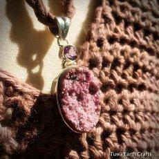 画像9: 1点ものピンクコバルトカルサイト原石ドゥルージー(アフリカ産)&アメジスト ペンダントトップ レアストーン (9)