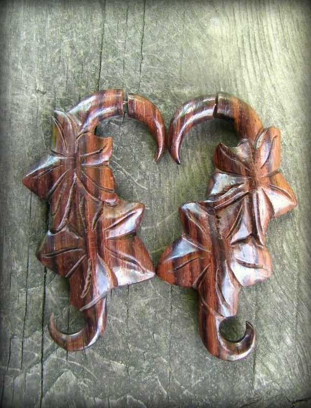 画像1: エキゾチックデザインなトライバル木彫りピアス*天然素材*安心のサージカルステンレス使用 (1)