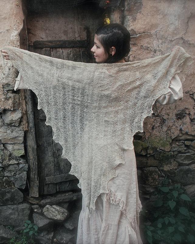画像1: 再入荷★マルチに使える♪ヒマラヤ刺草の手つむぎ・手編み三角ショール*ハンドメイド*オーガニック天然素材*スローファッション*ビーガン (1)
