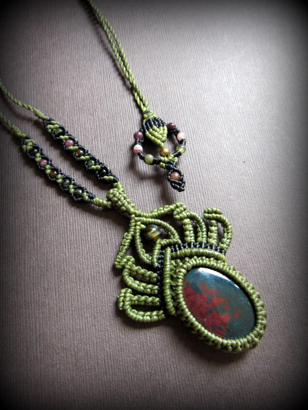 画像1: 癒しの天然石ブラッドストーン&トルマリンのネックレス/ペンダント*マクラメ*パワーストーン (1)