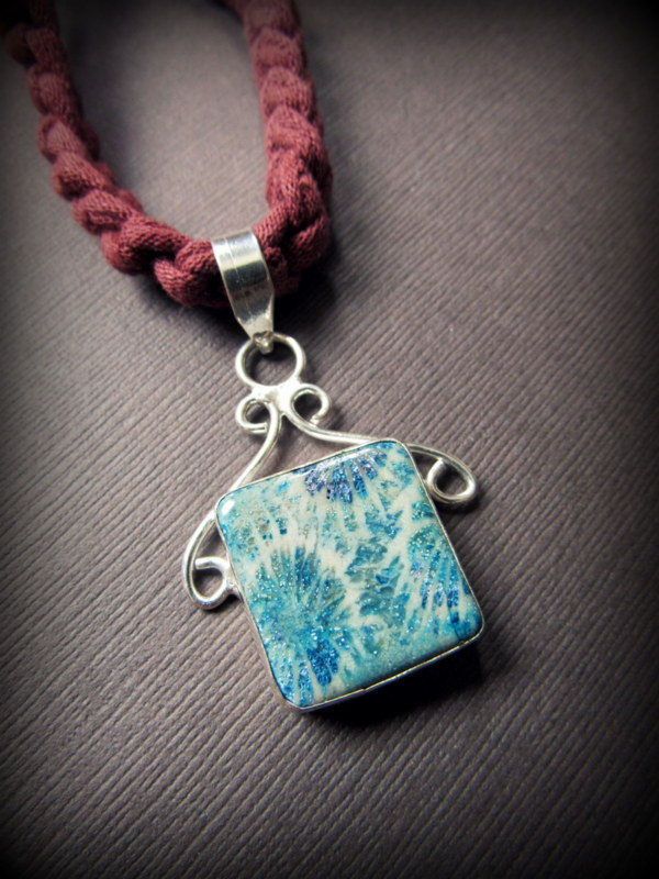 画像1: タイダイ絞り染め風フォシルコーラルのペンダントトップ*ブルー*フォッシルコーラル 珊瑚化石アクセサリー天然石ジュエリー (1)