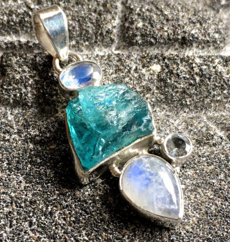 画像1: 虹入り高品質ネオンブルーアパタイト原石&宝石質ブルームーンストーン ペンダントトップ  (1)