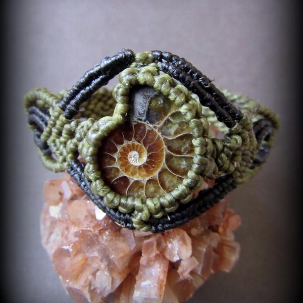 画像1: 1点物 アンモナイト化石ブレスレット/バングルハンドメイド*マクラメ編みアクセサリー (1)